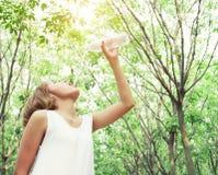 Ritratto di bere bianco d'uso del vestito dalla giovane bella donna fotografie stock libere da diritti