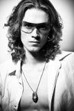 Ritratto di BW dell'uomo bello dai capelli lunghi Fotografia Stock