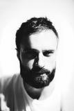 Ritratto di BW di una maglietta bianca d'uso dell'uomo barbuto immagini stock