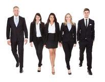 Ritratto di camminata ben vestito delle persone di affari Fotografie Stock Libere da Diritti