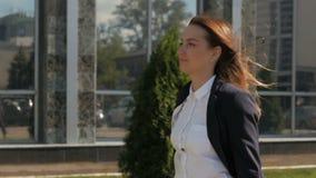 Ritratto di camminata della donna di affari all'aperto in città impiegato di concetto dentro in città archivi video