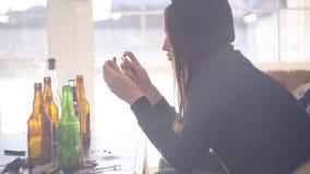 Ritratto di cattivo tossicomane di sguardo con una siringa in sue mani La ragazza dedicata prepara per l'iniezione dell'eroina di stock footage