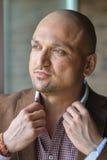 Ritratto di colpo in testa del primo piano dell'uomo indiano bello alla moda, forte e sicuro, tenente il suo collare della camici Immagini Stock Libere da Diritti