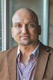 Ritratto di colpo in testa del primo piano, uomo indiano bello felice di affari, sorridendo, sicuro ed amichevole all'interno Immagine Stock