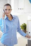 Ritratto di di impiegato sulla chiamata di telefono Immagine Stock Libera da Diritti