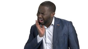 Ritratto di dolore di dente afroamericano di sensibilità dell'uomo d'affari archivi video