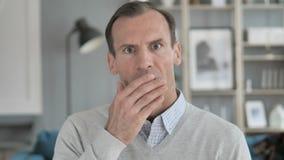 Ritratto di domandarsi Medio Evo stupito e sorpreso dell'uomo stock footage