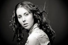 Ritratto di donna abbastanza giovane con capelli ricci. Fotografia Stock Libera da Diritti