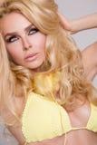 Ritratto di donna molto bella dei capelli biondi in attrezzatura sexy con le cuffie Fotografie Stock Libere da Diritti