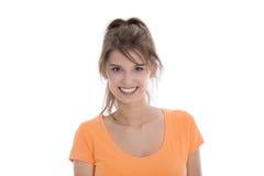 Ritratto di donna sorridente abbastanza giovane isolata sopra bianco. Fotografie Stock