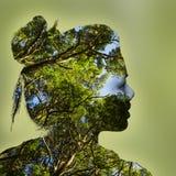 Ritratto di doppia esposizione della giovane donna e della foresta fotografie stock libere da diritti