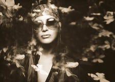 Ritratto di doppia esposizione di bella ragazza e dei fiori di hippy Immagini Stock