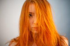 Ritratto di Dreammy di bella donna della testarossa nel fuoco molle Fotografie Stock Libere da Diritti