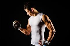 Ritratto di esercitazione muscolare dell'uomo Immagine Stock