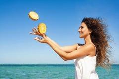 Ritratto di estate della giovane donna divertendosi con l'ananas all'aperto Fotografia Stock