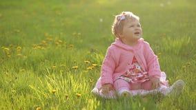 Ritratto di fare da baby-sitter sull'erba verde stock footage