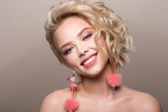 Ritratto di fascino di bello modello della ragazza con trucco e l'acconciatura ondulata romantica Fotografia Stock