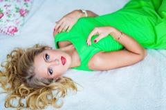 Ritratto di fascino di bella giovane ragazza bionda in un vestito verde Fotografie Stock Libere da Diritti