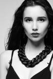 Ritratto di fascino di bella ragazza nello studio immagine stock libera da diritti