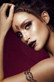 Ritratto di fascino di bello modello della donna con trucco dell'oro e l'acconciatura romantica Immagini Stock