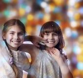 Ritratto di festa dei bambini felici contro fondo luminoso fotografie stock