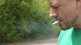 Ritratto di fumo dell'uomo della sigaretta stock footage