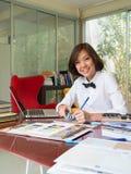 Ritratto di funzionamento asiatico dell'architetto arredatore della donna Fotografia Stock Libera da Diritti