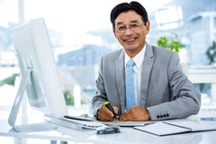 Ritratto di funzionamento felice dell'uomo d'affari immagine stock libera da diritti