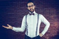 Ritratto di gesturing sorridente dell'uomo Fotografie Stock Libere da Diritti