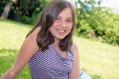 Ritratto di giovane adolescente abbastanza bello, all'aperto Fotografie Stock