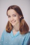 Ritratto di giovane adolescente biondo sorridente Fotografie Stock