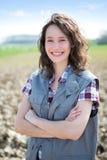 Ritratto di giovane agricoltore attraente nei campi Fotografie Stock Libere da Diritti