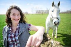 Ritratto di giovane agricoltore attraente nei campi con il cavallo Fotografie Stock Libere da Diritti