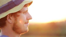Ritratto di giovane agricoltore in cappello al tramonto video d archivio