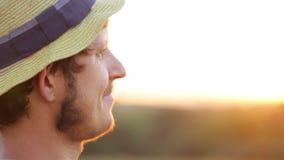 Ritratto di giovane agricoltore in cappello al tramonto archivi video