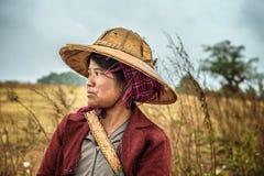 Ritratto di giovane agricoltore femminile che lavora in un campo Fotografia Stock Libera da Diritti