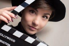 Ritratto di giovane attrice che tiene una valvola di film fotografia stock
