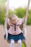 Ritratto di giovane bambina su oscillazione Immagini Stock