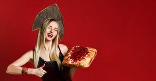 Ritratto di giovane bella bionda che tiene una crostata di ciliege casalinga deliziosa fotografia stock libera da diritti