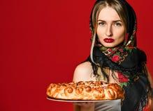 Ritratto di giovane bella bionda in foulard che tiene una crostata di ciliege casalinga deliziosa fotografia stock libera da diritti
