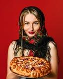 Ritratto di giovane bella bionda in foulard che tiene una torta casalinga deliziosa della bacca immagine stock