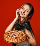 Ritratto di giovane bella bionda in foulard che tiene una torta casalinga deliziosa della bacca fotografie stock