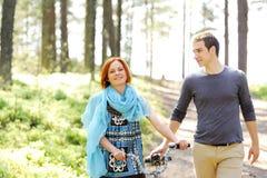 Ritratto di giovane bella coppia felice fuori Fotografia Stock