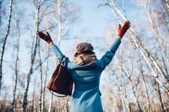 Ritratto di giovane bella donna in cappotto di autunno del blye Foto di modo immagini stock