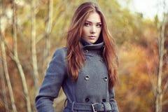 Ritratto di giovane bella donna in cappotto di autunno fotografia stock