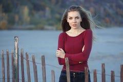 Ritratto di giovane bella donna caucasica sola triste pensierosa con capelli lunghi sudici Immagini Stock
