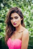 Ritratto di giovane bella donna che posa fra di melo di fioritura Fotografie Stock