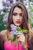 Ritratto di giovane bella donna che tiene un ramo lilla Fotografie Stock