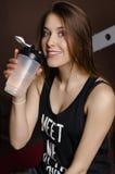 Ritratto di giovane bella donna con capelli biondi e la bottiglia di acqua lungamente bagnati di sport Immagine Stock