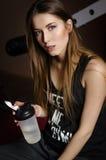 Ritratto di giovane bella donna con capelli biondi e la bottiglia di acqua lungamente bagnati di sport Immagine Stock Libera da Diritti